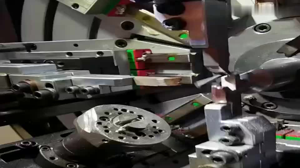 多年的经验,造就了现在的技术,就连制作弹簧的设备也变得如此自动化!